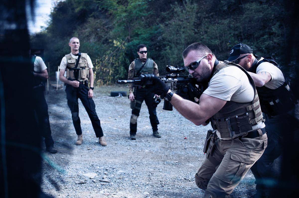 gli istruttori tcs tactical combat shooting durante un corso con fucile
