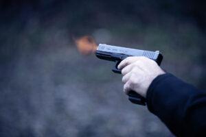 pistola che fa fuoco con uscita bossolo
