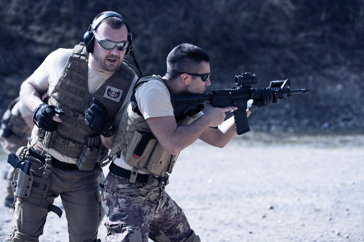 Manuel Spadaccini insegna a un corsista a gestire lo stress con il fucile d'assalto