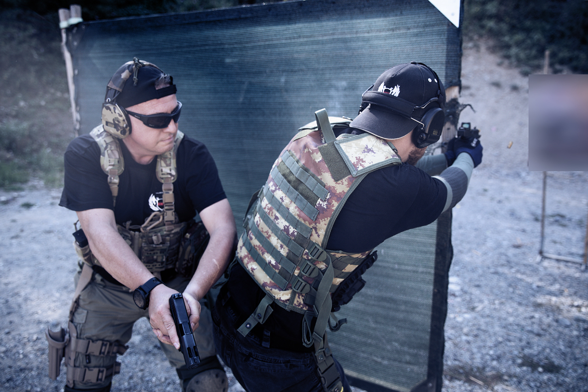 corsisti durante livello 1 tiro operativo con pistola