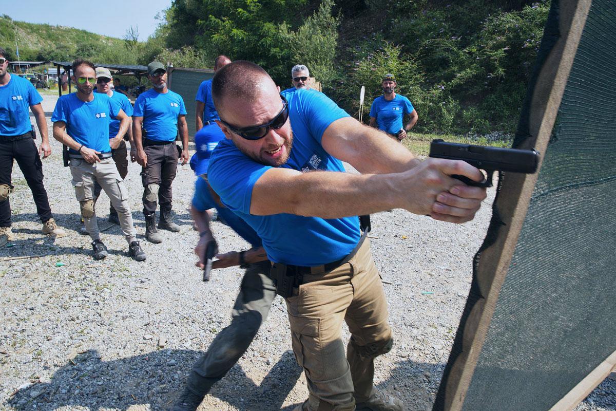 manuel spadaccini e daniele cattaneo mostrano un esercizio con paratia durante il corso tcs con pistola