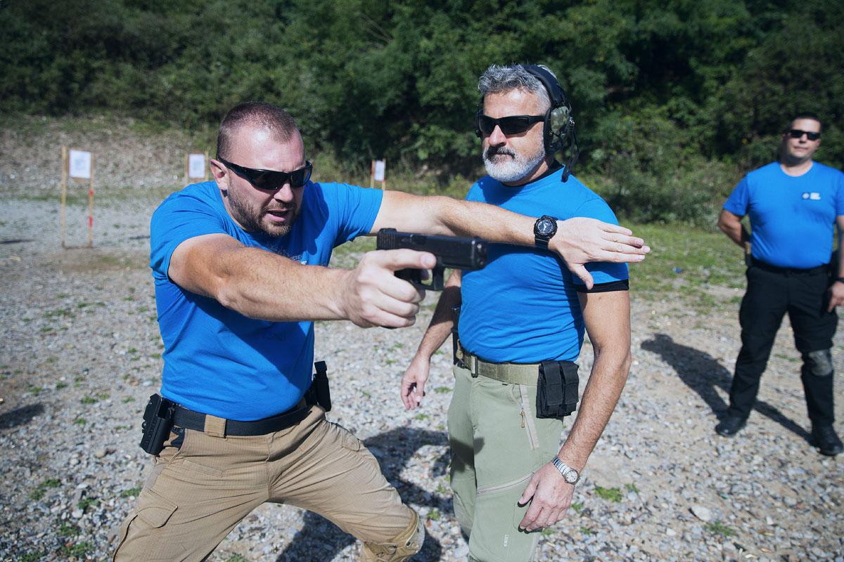 manuel spadaccini mostra esercizio di protezione terza persona corso tiro operativo con pistola